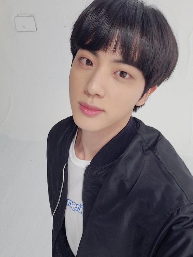 Fan thích thú, khen đẹp trai khi Jin (BTS) cắt tóc mái ngố-1