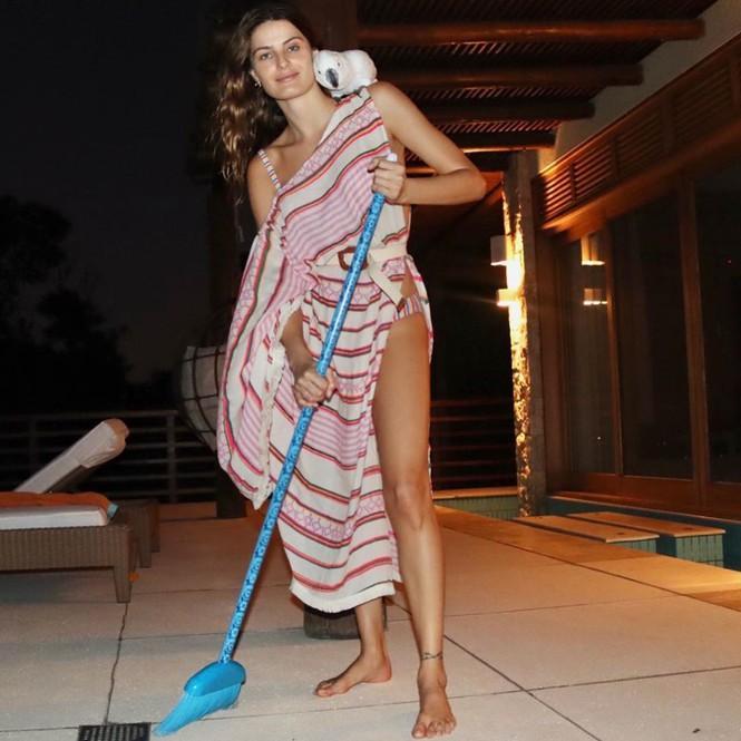 Cách ly tránh dịch, siêu mẫu xứ Samba ăn mặc gợi cảm để... lau dọn nhà-5