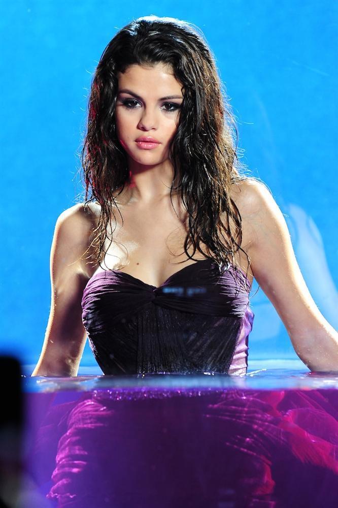 Selena Gomez phát hành liên tiếp 3 ca khúc mới vào ngày 9/4, album Rare sẽ trỗi dậy trên bảng vàng Billboard?-4