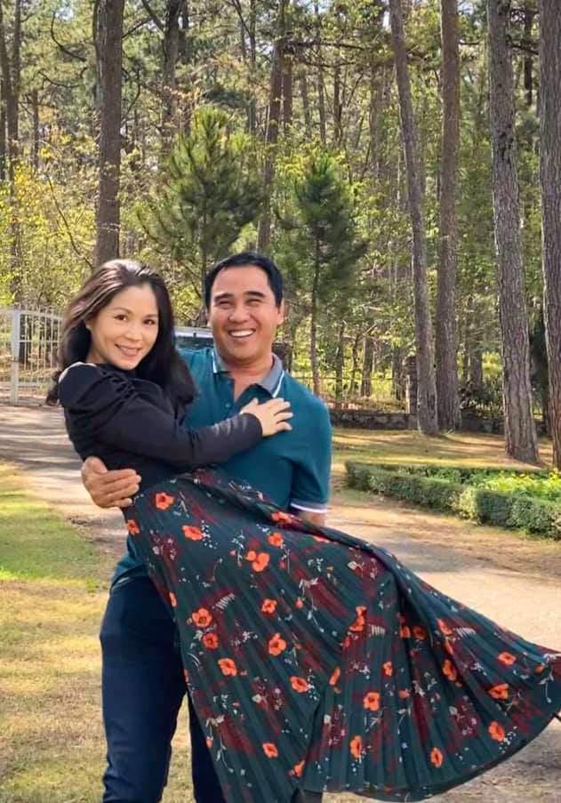 Quanh năm đi dép 20K, Quyền Linh lại chịu chi cho vợ tỏa sáng với BST hàng hiệu tiền tỷ-3