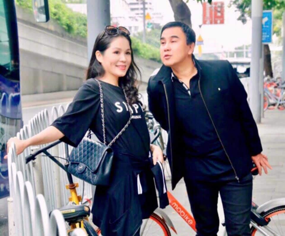 Quanh năm đi dép 20K, Quyền Linh lại chịu chi cho vợ tỏa sáng với BST hàng hiệu tiền tỷ-7