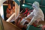 Người phụ nữ bị nghi nhiễm Covid-19 ngang nhiên đi lại nhổ nước bọt vào hành khách trên tàu