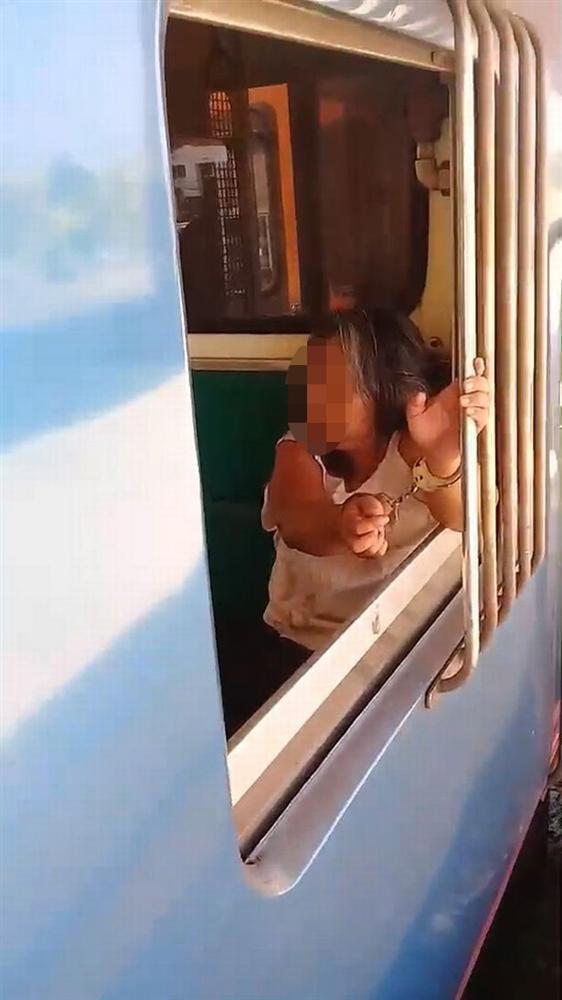 VZN News: Người phụ nữ bị nghi nhiễm Covid-19 ngang nhiên đi lại nhổ nước bọt vào hành khách trên tàu-1