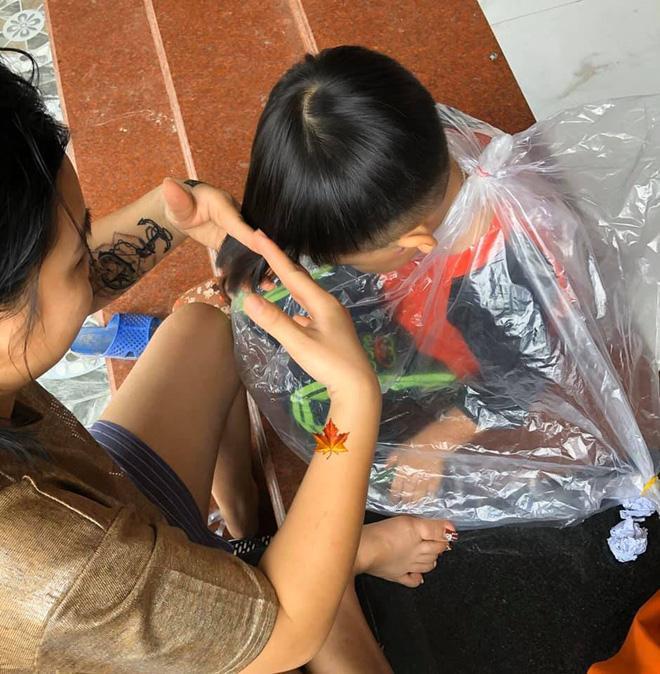 Ở nhà tránh dịch, mẹ đánh liều cạo tóc cho con trai, sản phẩm khiến cu cậu cười như mếu-3