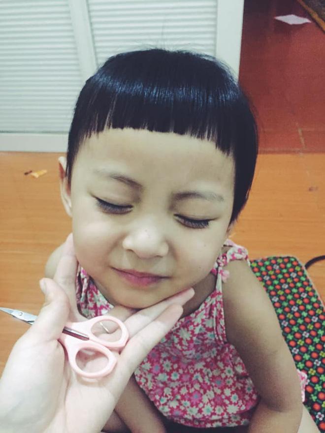 Ở nhà tránh dịch, mẹ đánh liều cạo tóc cho con trai, sản phẩm khiến cu cậu cười như mếu-4