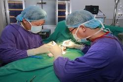 Bé trai 14 tuổi hoại tử tinh hoàn do bị chẩn đoán nhầm bệnh
