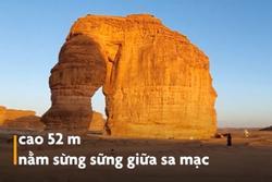 Voi đá cao 50 m sừng sững giữa sa mạc