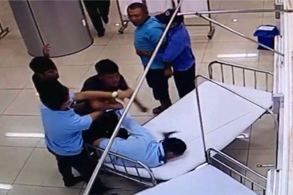 Clip: Chở người đi cấp cứu, nhóm đối tượng ở Đắk Lắk lao vào đánh nhân viên bệnh viện rồi tông chết người-2