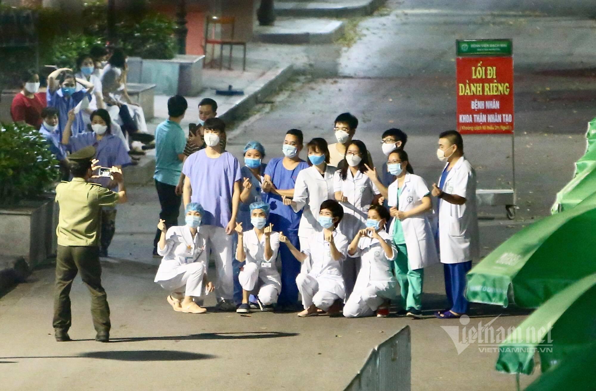 Chính thức dỡ cách ly, các bác sĩ Bệnh viện Bạch Mai òa khóc trong vui mừng-1