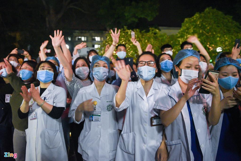 Chính thức dỡ cách ly, các bác sĩ Bệnh viện Bạch Mai òa khóc trong vui mừng-7