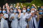 Chính thức dỡ cách ly, các bác sĩ Bệnh viện Bạch Mai òa khóc trong vui mừng