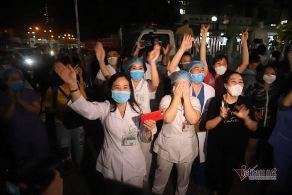 Chính thức dỡ cách ly, các bác sĩ Bệnh viện Bạch Mai òa khóc trong vui mừng-2