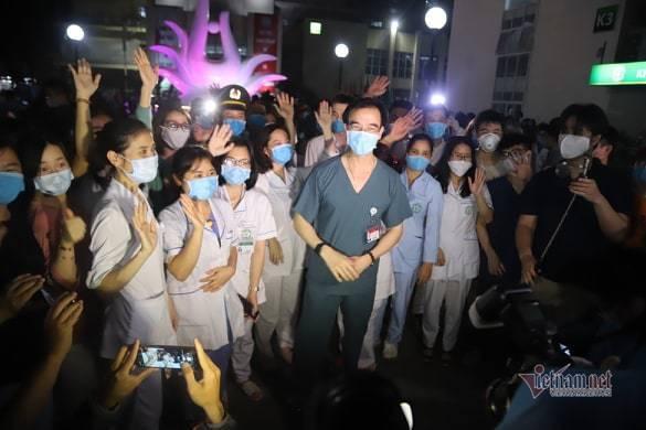 Chính thức dỡ cách ly, các bác sĩ Bệnh viện Bạch Mai òa khóc trong vui mừng-4