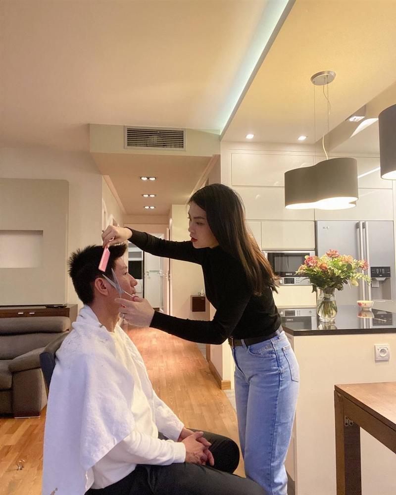 Lê Phương trổ tài cắt tóc cho chồng trẻ trong mùa dịch và cái kết-6