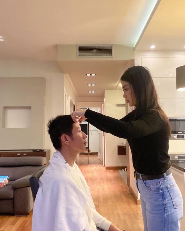 Lê Phương trổ tài cắt tóc cho chồng trẻ trong mùa dịch và cái kết-5