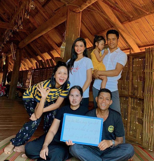 Cuộc sống của sao Việt thay đổi như thế nào trong kỳ nghỉ dài vì dịch bệnh Covid-19?-1