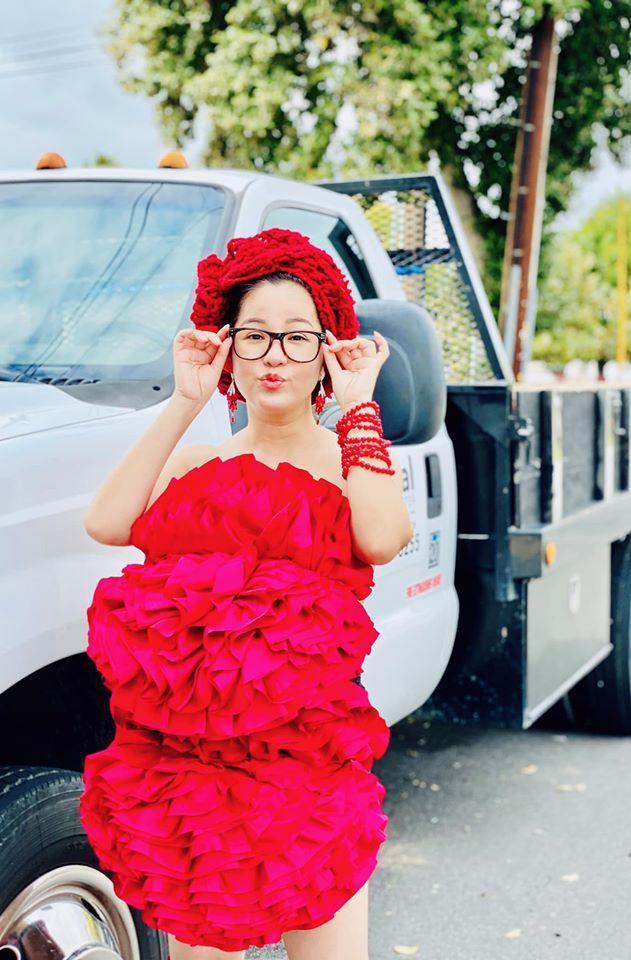 Bất chấp dịch bệnh, Thúy Nga chụp ảnh 'váy gối' trên phố Mỹ không bóng người-1