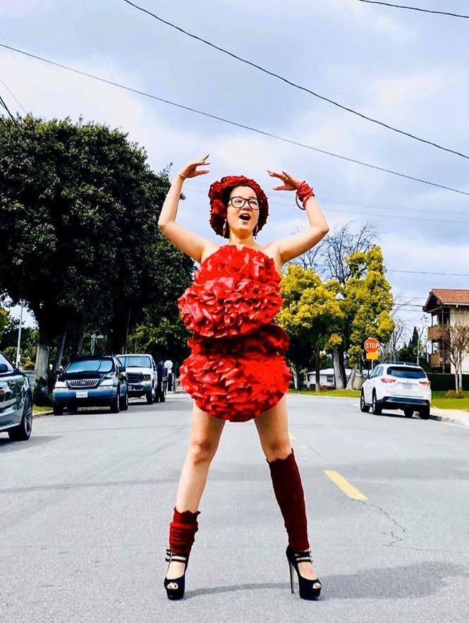 Bất chấp dịch bệnh, Thúy Nga chụp ảnh 'váy gối' trên phố Mỹ không bóng người-3