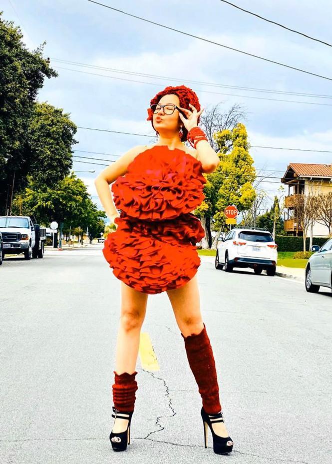 Bất chấp dịch bệnh, Thúy Nga chụp ảnh 'váy gối' trên phố Mỹ không bóng người-4
