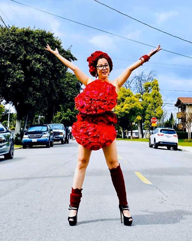Bất chấp dịch bệnh, Thúy Nga chụp ảnh 'váy gối' trên phố Mỹ không bóng người-6