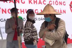 'Chúng tôi đói': Người nghèo Hà Nội rớm nước mắt nhận quà từ ATM gạo