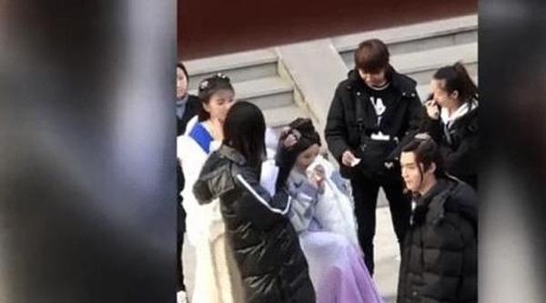 Mỹ nữ đẹp nhất Trung Quốc - Dương Siêu Việt bị khán giả mắng ở bẩn, mắc bệnh ngôi sao bắt trợ lý hầu hạ-2