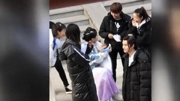 Mỹ nữ đẹp nhất Trung Quốc - Dương Siêu Việt bị khán giả mắng ở bẩn, mắc bệnh ngôi sao bắt trợ lý hầu hạ-3