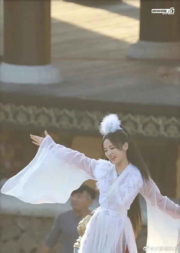 Mỹ nữ đẹp nhất Trung Quốc - Dương Siêu Việt bị khán giả mắng ở bẩn, mắc bệnh ngôi sao bắt trợ lý hầu hạ-6