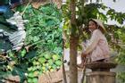H'Hen Niê mê thu hoạch rau trái trong vườn, rẫy