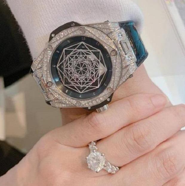 Sau Lệ Quyên đến lượt Hari Won chăm tạo dáng khoe nhẫn kim cương chồng tặng-2
