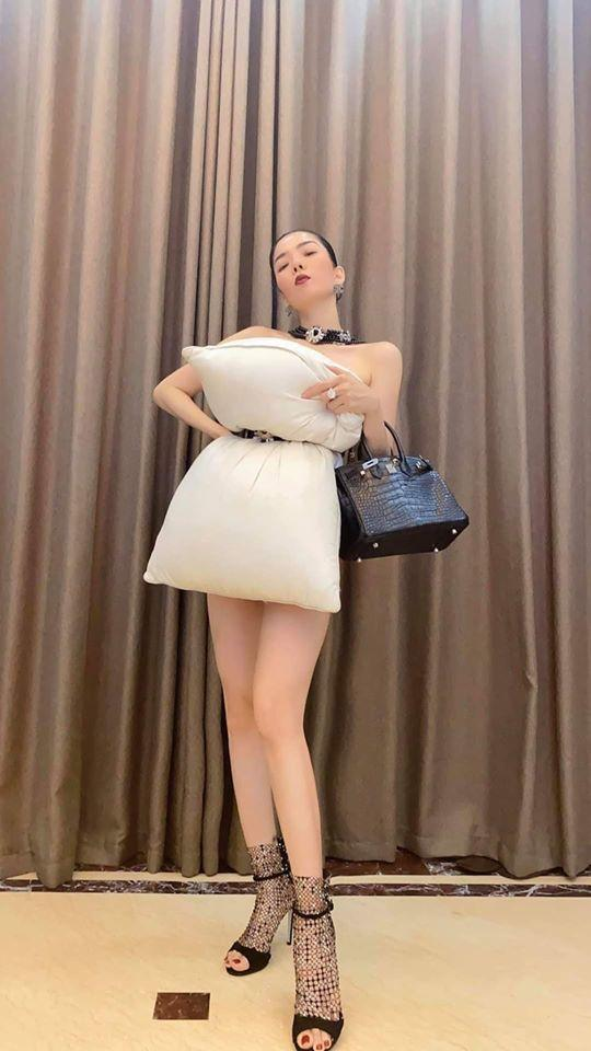 Lệ Quyên đu trend lấy váy làm gối muộn nhưng bộ phụ kiện giá bằng cả căn biệt thự thì vô đối-3