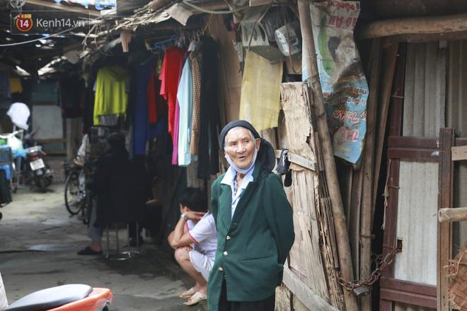 Nỗi niềm những người lao động nghèo chơi vơi giữa Hà Nội vì đại dịch Covid-19: Sống nhờ gạo cứu trợ, cá ươn đi xin-3