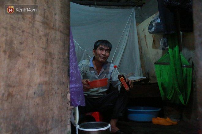 Nỗi niềm những người lao động nghèo chơi vơi giữa Hà Nội vì đại dịch Covid-19: Sống nhờ gạo cứu trợ, cá ươn đi xin-6