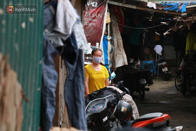Nỗi niềm những người lao động nghèo chơi vơi giữa Hà Nội vì đại dịch Covid-19: Sống nhờ gạo cứu trợ, cá ươn đi xin-8