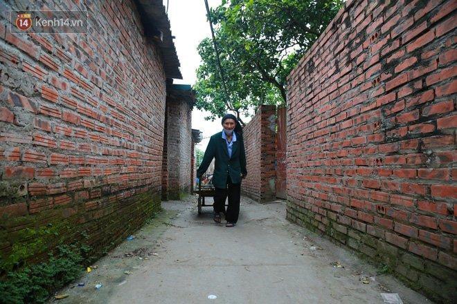 Nỗi niềm những người lao động nghèo chơi vơi giữa Hà Nội vì đại dịch Covid-19: Sống nhờ gạo cứu trợ, cá ươn đi xin-9