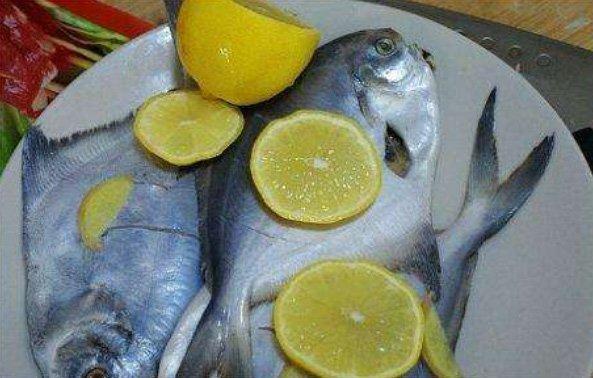 Không cần dùng giấm hay rượu khử tanh, chỉ cần rút sợi này khi mổ cá sẽ hết mùi-4
