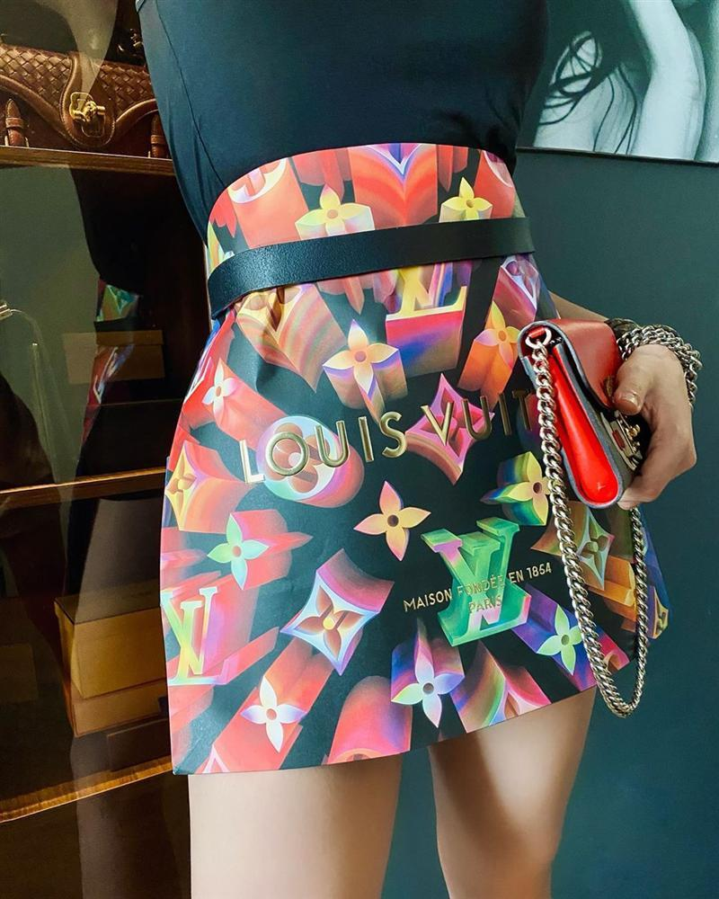 Trend lấy gối làm váy nhạt dần, Kỳ Duyên và Minh Triệu dùng túi giấy hàng hiệu che thân siêu sexy-4