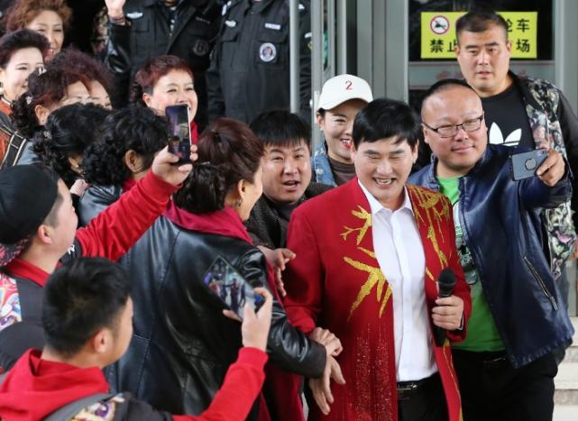 Hiện tượng âm nhạc Trung Quốc bị người dân đạp cửa bắt ra chụp ảnh-3