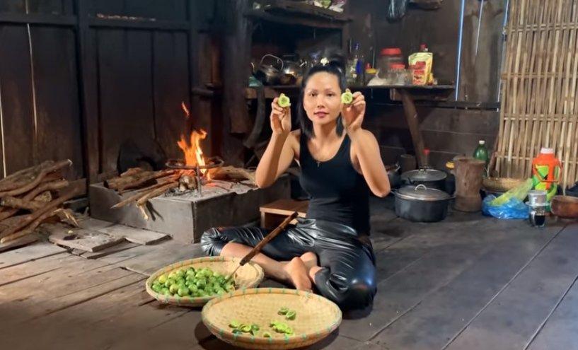 Hoa hậu HHen Niê ăn nồi cháo... lúc nhúc toàn kiến-4