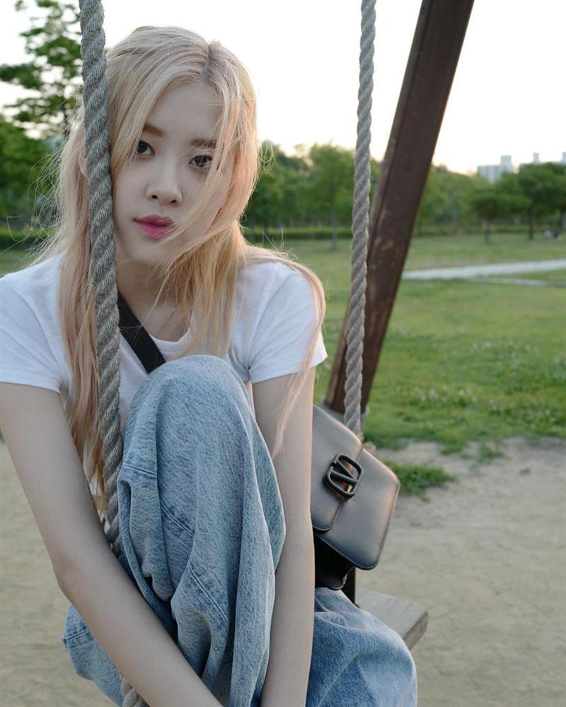 Tóc dài thướt tha sợ làm gì cũng sến, bạn phải học ngay 3 cách buộc tóc sang và xinh hết ý của Rosé (Black Pink)-5