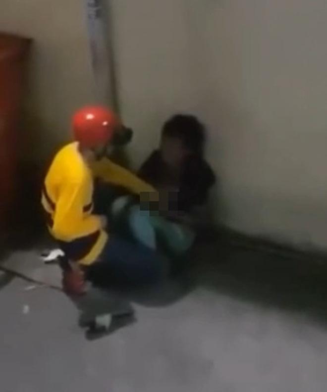 Chỉ đứng quay mà không can ngăn, người quay clip tài xế công nghệ giở trò đồi bại với cô gái tâm thần bị dân mạng lên án-1