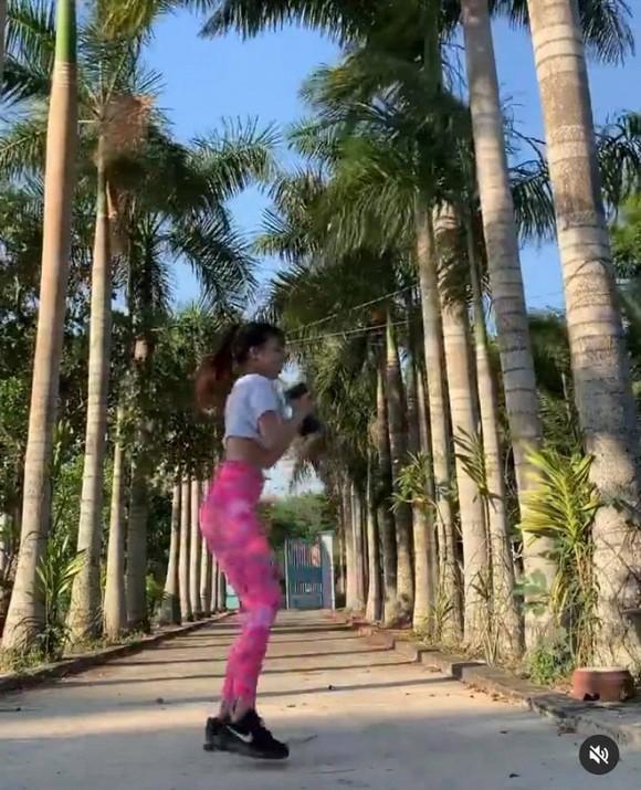 Đang miệt mài tập thể dục lại bị chê ở dơ, bạn gái Lâm Tây đáp trả: Vườn nhà 3 mẫu nên không quét nổi-1