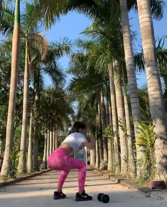 Đang miệt mài tập thể dục lại bị chê ở dơ, bạn gái Lâm Tây đáp trả: Vườn nhà 3 mẫu nên không quét nổi-2