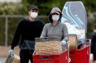 Katy Perry đeo khẩu trang, 'bế' bụng bầu đi mua sắm cùng bạn trai