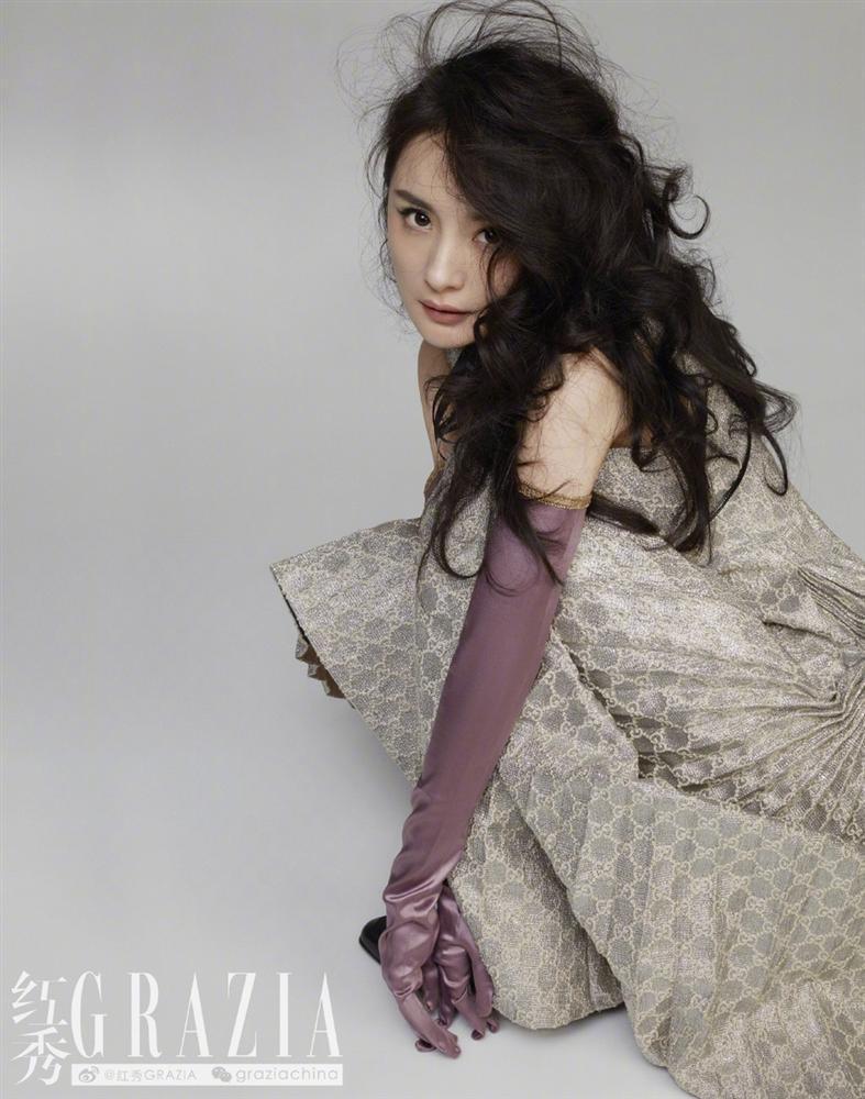 Dương Mịch gây sốt với mái tóc rối, khoe chân dài thẳng tắp trên tạp chí-4