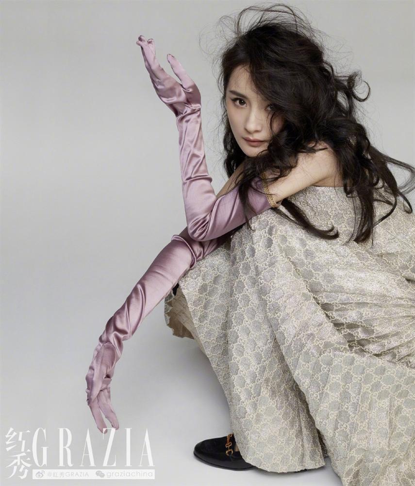 Dương Mịch gây sốt với mái tóc rối, khoe chân dài thẳng tắp trên tạp chí-5