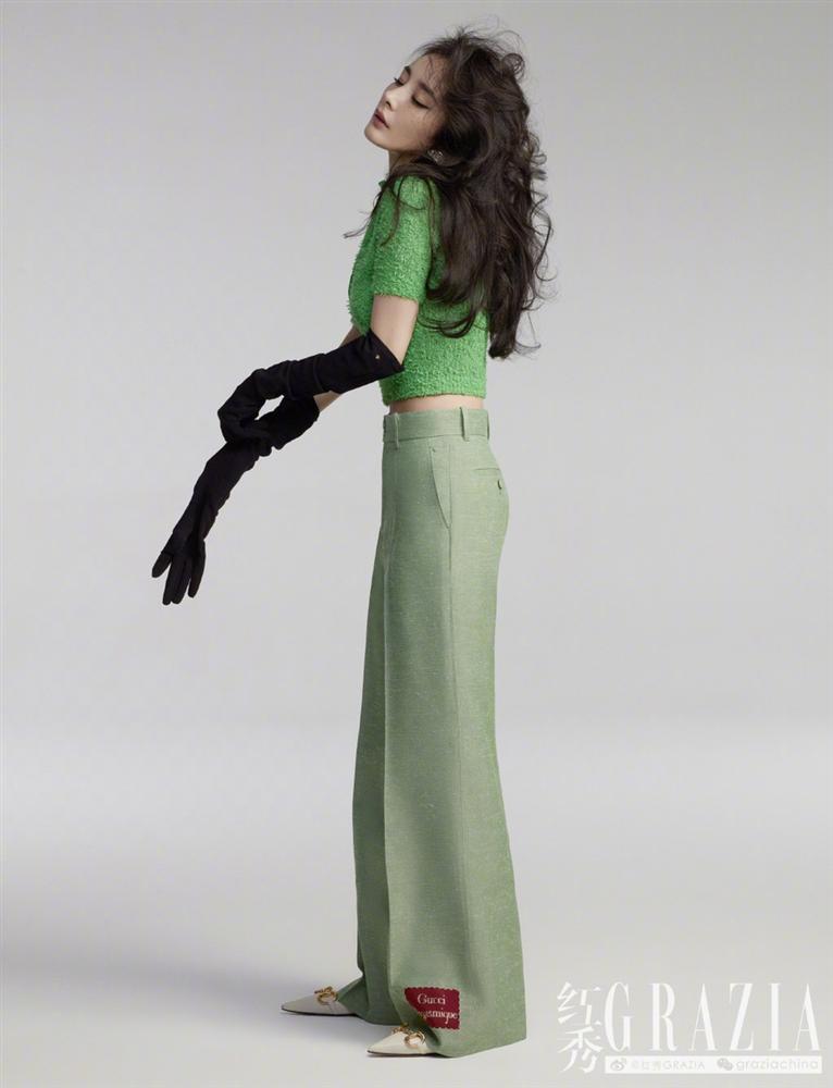 Dương Mịch gây sốt với mái tóc rối, khoe chân dài thẳng tắp trên tạp chí-2