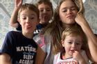 Bà mẹ 3 con nổi tiếng MXH, thường bị nhầm là chị gái của con trai
