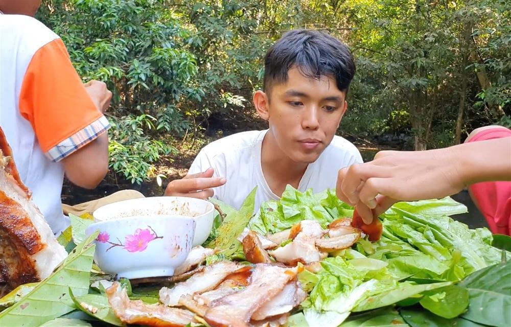 YouTuber nghèo nhất Việt Nam phạm lỗi nghiêm trọng vì làm clip cấm, nguy cơ bị xóa sổ kênh-2