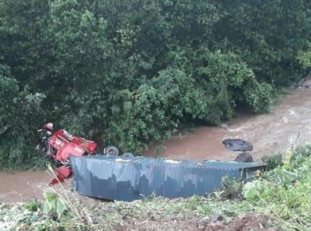 Xe container rơi xuống vực sâu gần 40 m-1